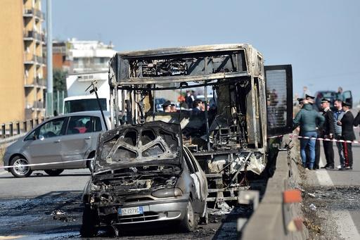 運転手がスクールバスに放火、人質の生徒51人救出 イタリア
