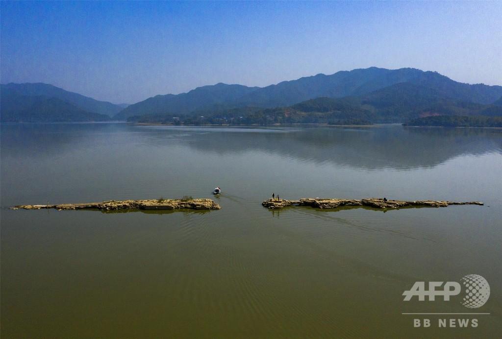 仙女湖の水位が下がり500年前の「万年橋」が姿現す、中国・江西