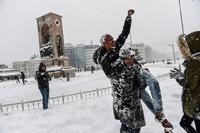 トルコ・イスタンブールで大雪、陸・空の交通が混乱