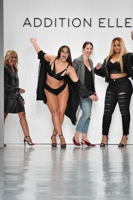 プラスサイズモデルらが出演、NYでランジェリーブランド新作発表