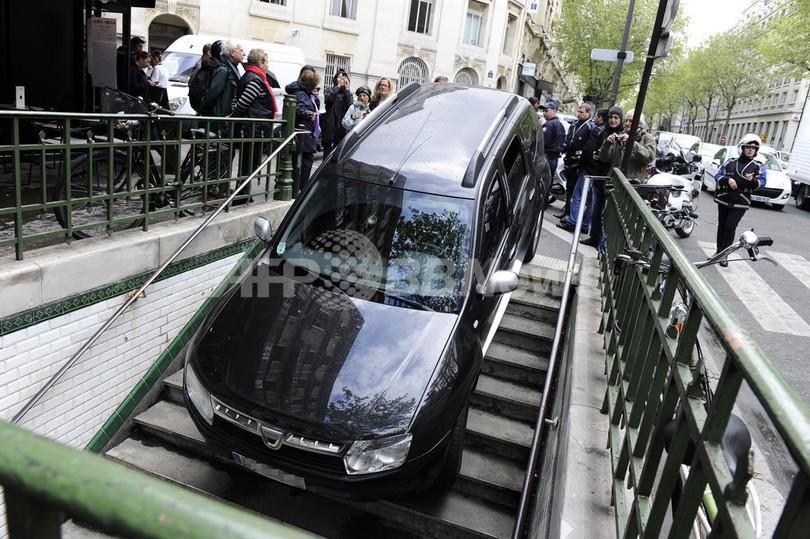 地下鉄の駅を駐車場と勘違い、車が突っ込む フランス・パリ