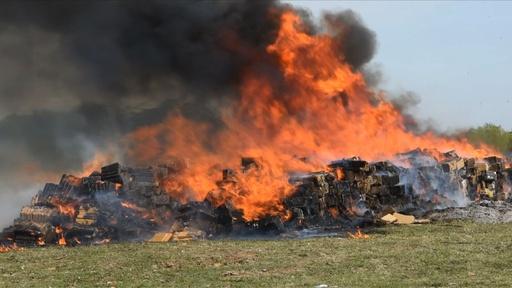 動画:マリフアナ14トンを焼却処分、23億円相当 パラグアイ