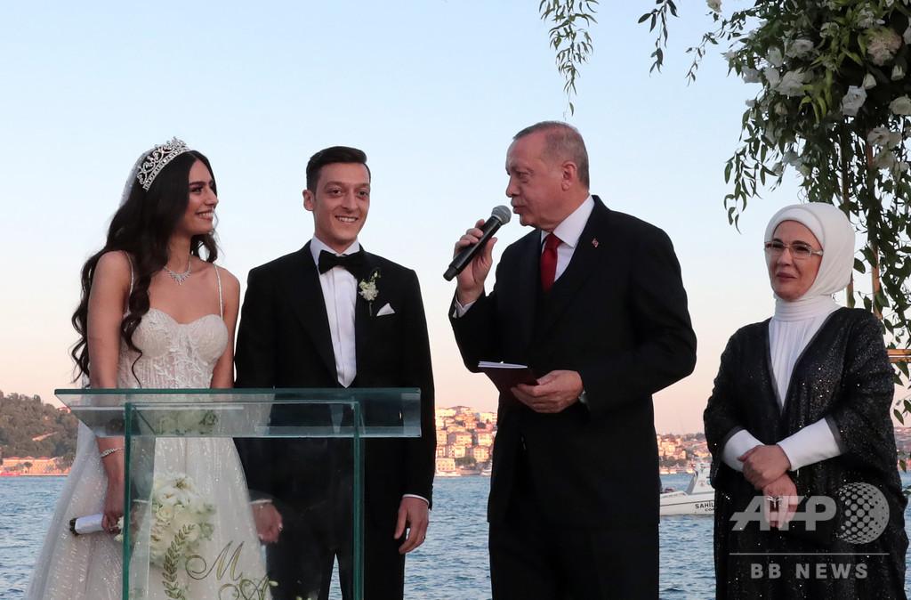 エジルがイスタンブールで挙式、写真で物議のトルコ大統領が付添人に