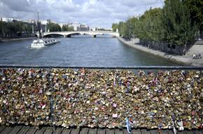 パリ市が「愛の南京錠」対策、金網撤去しアクリル板に