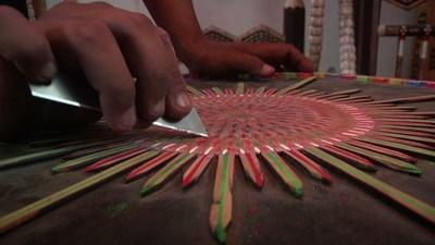 動画:世界最大の鉛筆製ブランコを作りたい、パキスタンの芸術家