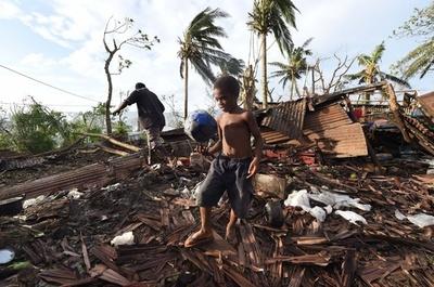 バヌアツのサイクロン死者24人に、10万人が家失った恐れ