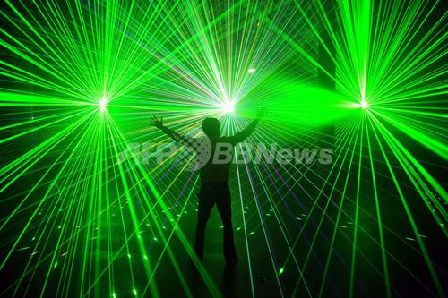 レーザー光のショー、独ブレーメ...