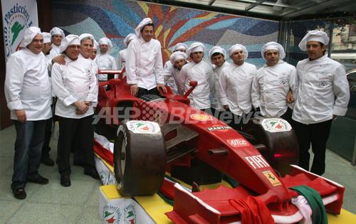 実物大チョコレート製フェラーリ、菓子職人らが完成