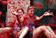 スペイン恒例「トマト祭り」に4万人、街中が赤い海に