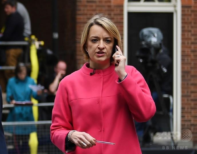 女性初の英BBC政治エディター、労働党大会で元兵士の護衛伴い取材
