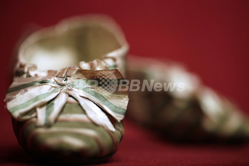 マリー・アントワネットのシルク靴、約648万円で落札 パリ