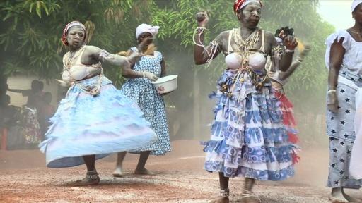 動画:コートジボワール伝統の「コミアン」、風習の危機に