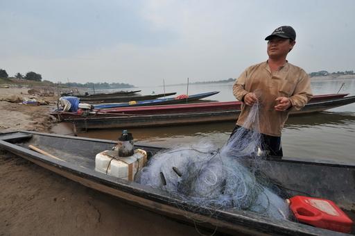 水位低下のメコン川、途方に暮れる漁師たち