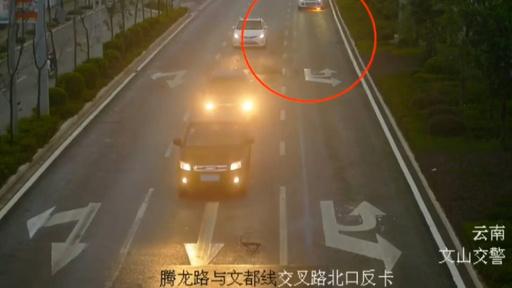 動画:火がついた運転中の車、通りかかった女性ドライバーが助け舟