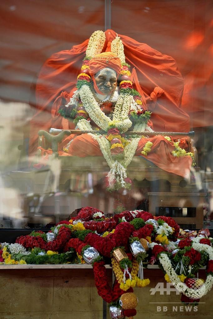 インドの「歩き神」111歳で死去 遺体に群衆殺到