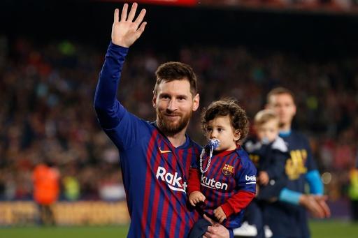 【写真特集】サッカー選手が子どもにみせる「パパ」の顔