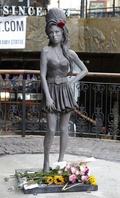 故A・ワインハウスさんの銅像、誕生日に合わせロンドンに