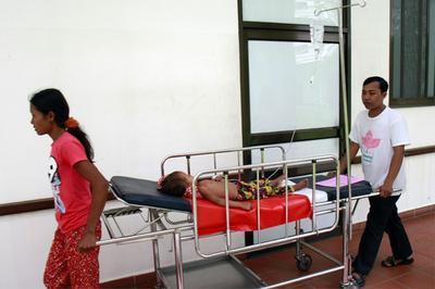 カンボジアの子供を襲う謎の病気、「手足口病」の可能性 WHO