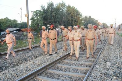 祭りの群衆に列車突入、約60人死亡 インド