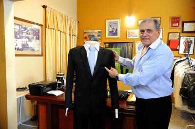 政治家の公金横領に怒り、ポケットなしスーツ発売 パラグアイ