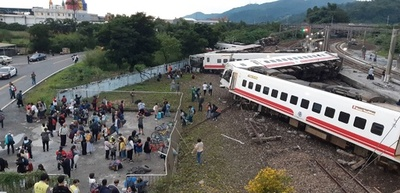台湾で列車が脱線し横転 18人死亡、168人負傷