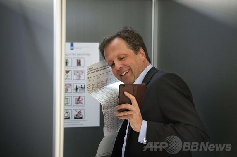 投票所でも「自分撮り」、地方選のオランダで投稿相次ぐ