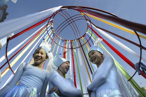 キルギス、イラン暦の新年を祝う踊りの輪
