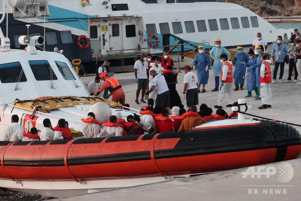 移民370人弱乗せた船到着、地元自治体が反発 イタリア南部の島