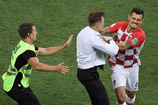 W杯決勝のピッチ侵入、ロシアの女性バンドが「犯行声明」