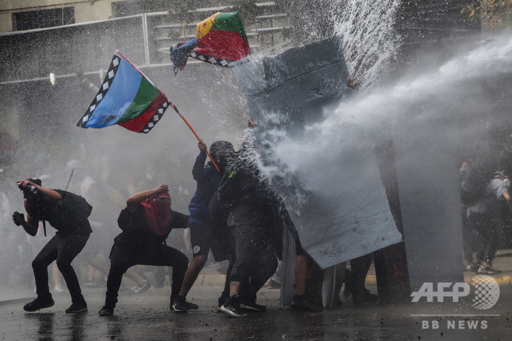 チリ、デモ3週目に突入 大規模集会で警察と衝突、略奪行為も