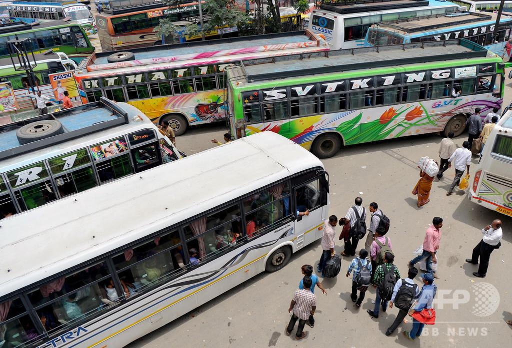 インド南部でバスが運河に転落、28人が水死 大半が子ども