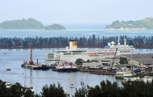 航行中に火災のコスタ・アレグラ号、セーシェルの港に到着