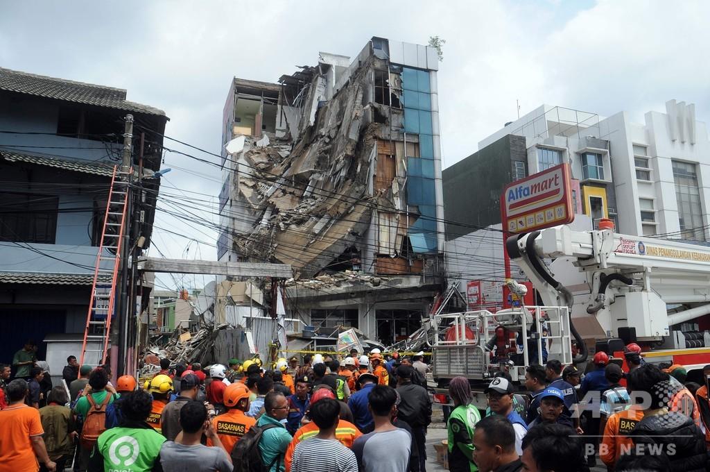 インドネシア首都でビルの一部崩壊、2人負傷 豪雨が原因か