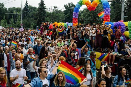 欧州各地で「ゲイ・プライド」パレード開催 性的少数者たちの権利訴え