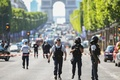 シャンゼリゼ通りで車が警察車両に突入 テロ監視対象の運転手死亡