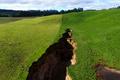 長さ200メートルの巨大地割れ、牧場に突如出現 NZ