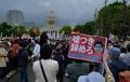 安倍首相の退陣求める大規模デモ、国会議事堂前で