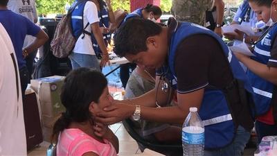 動画:米国目指す移民集団、メキシコで足を止め休息 応急手当ても