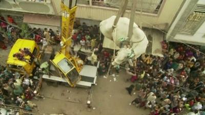 動画:牛をクレーンで4階から地上へ、イスラム教の犠牲祭控え パキスタン