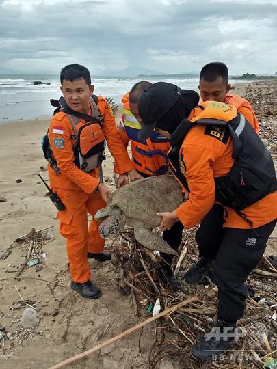 インドネシア津波、大雪の中でも荷物、フィリピン南部M6.9の地震、ガラパゴス諸島、オーストラリア熱波