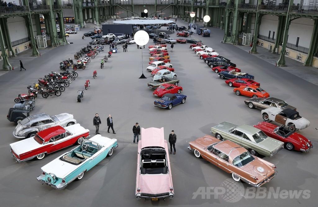 壮観!クラシックカーが仏パリ名所に大集結