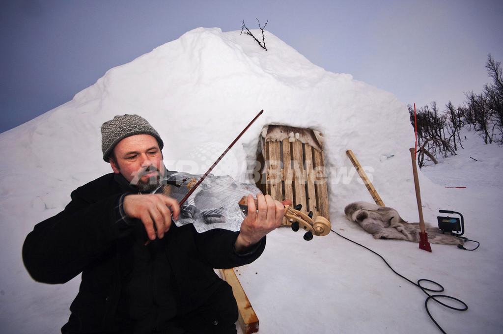 氷でできた楽器を演奏、ノルウェーの山中で「氷の音楽祭」