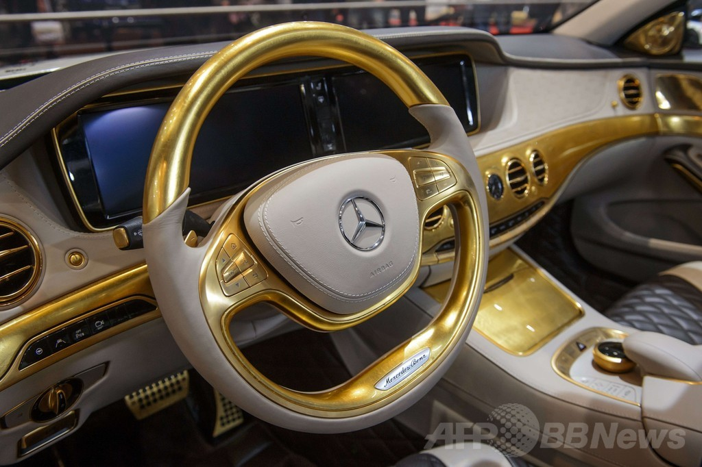 数千枚の金箔を貼った黄金の車、ジュネーブ国際自動車ショー