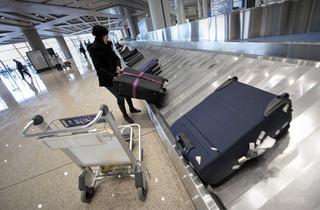 空港で荷物取ろうとし転倒、コンベヤーで流された客に罰金 ロシア