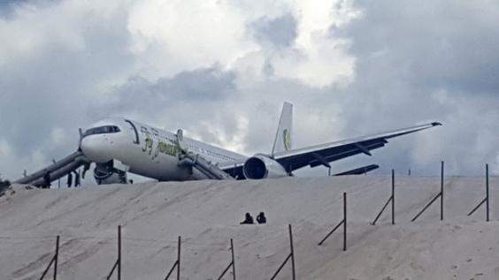 緊急着陸の航空機、滑走路外れ急斜面手前で停止 南米ガイアナ