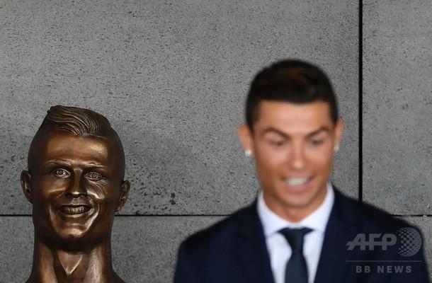ロナウド選手の「奇怪」な胸像が話題、地元空港の改名式で披露