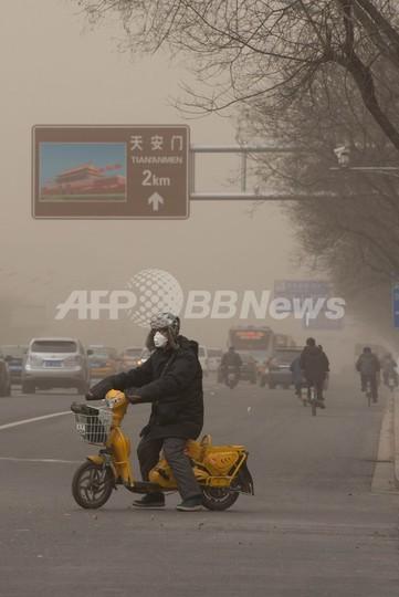 北京の大気汚染レベルが急上昇、外出自粛求められる市民