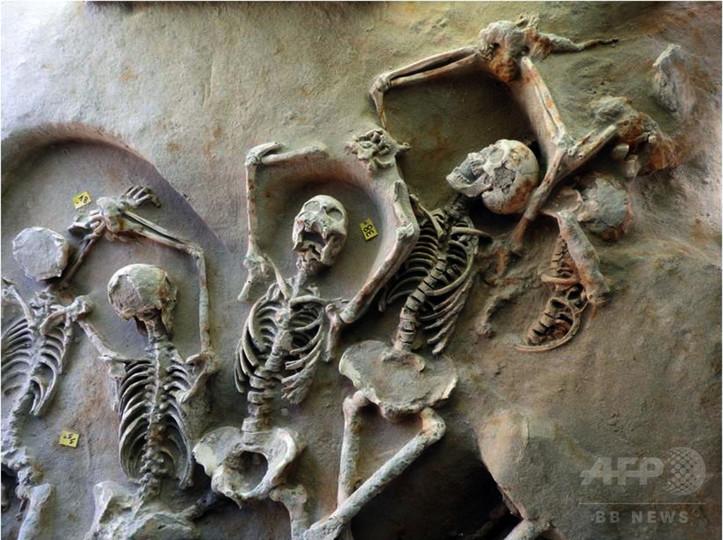 古代の「集団墓地」発見、人骨80体 アテネ