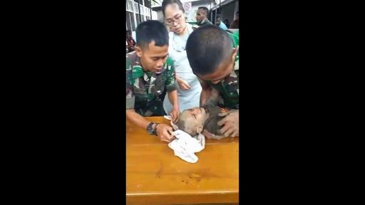 動画:インドネシア鉄砲水、がれきから乳児救出 搬送時の映像 死者は79人に