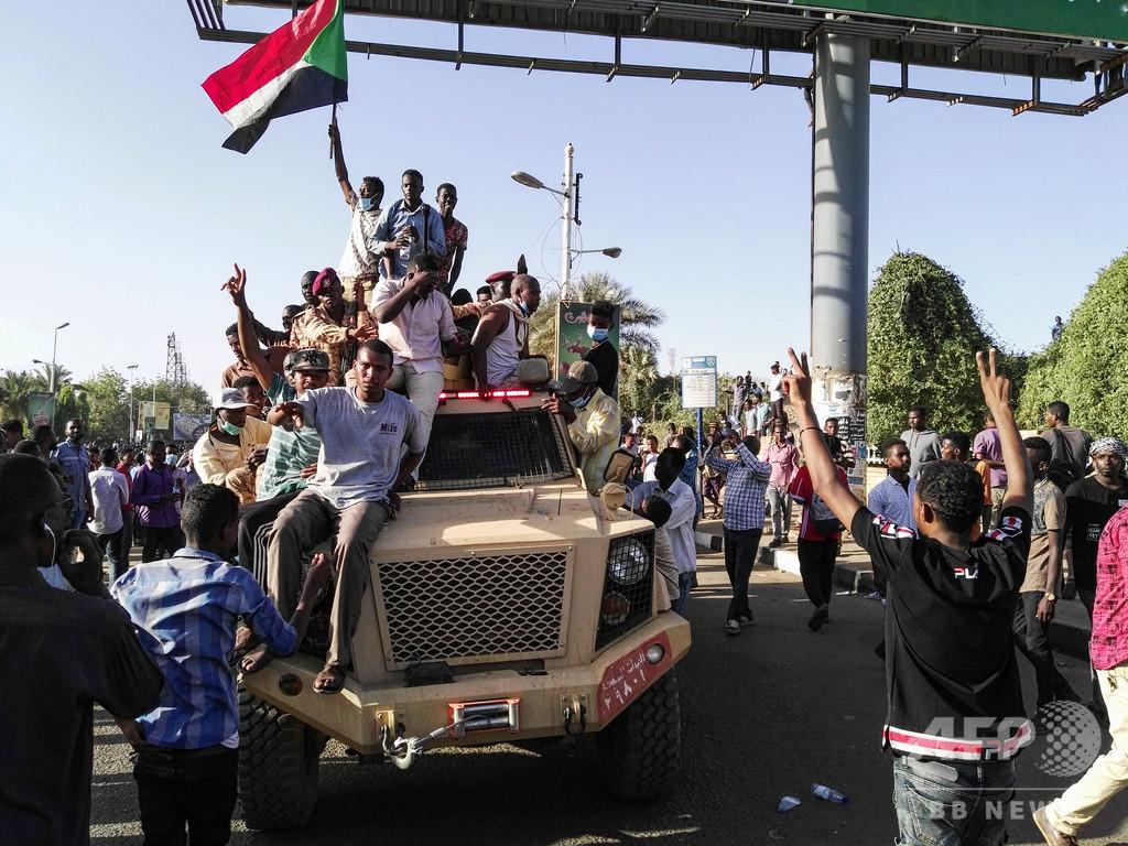 スーダン反大統領デモ隊、軍に暫...